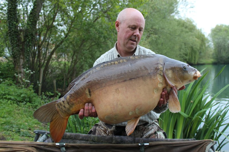30-02  Paul  Silence with one of 3 x 30lb+ Carp from the Cottage swim.JPG
