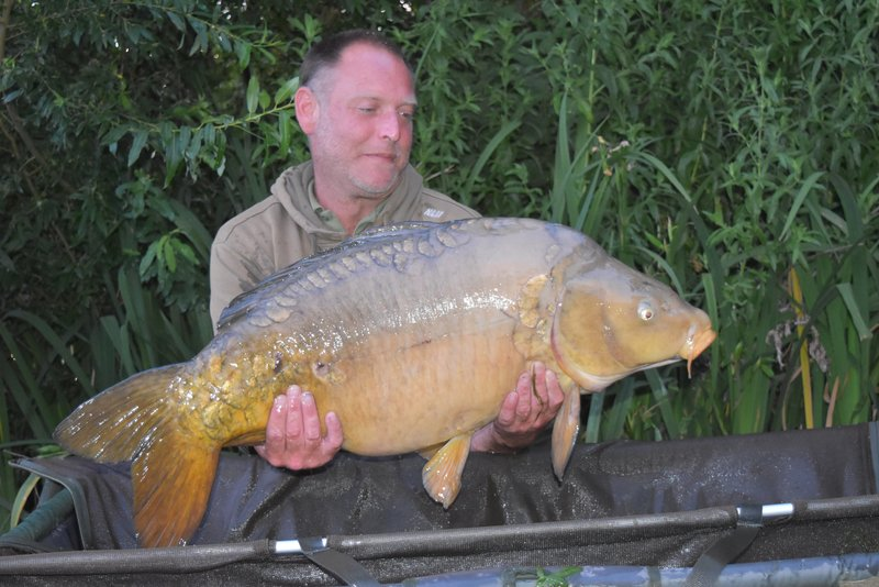 Leighton Cockcroft with the biggest of 3x30's. A Mirror of 37-02