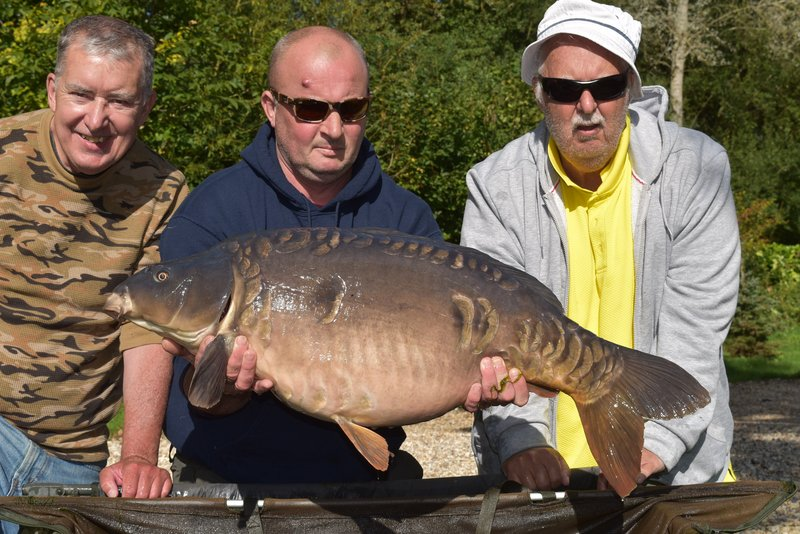 John Davies with his second big 30, this time a Mirror of 35-04. A team photo with brother Peter and Mike doing the honours holding the Carp.