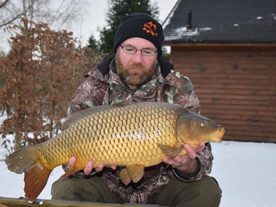 Gary Owen with his much deserved 'Snow-Carp', a 15lb Common from Cherry Springs..jpg