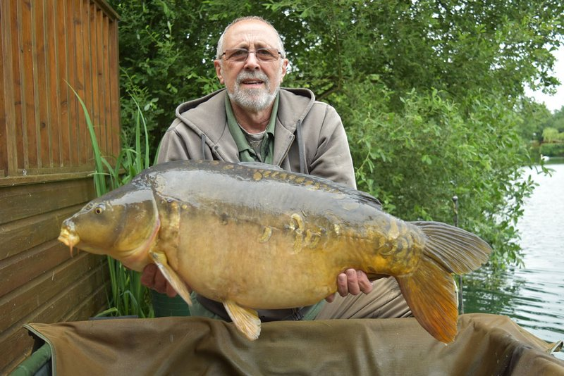 Ken O Conner with his fifth Carp over 30lb from Cherry Lake. This time it is a 32-08 Mirror from Heron Lodge..jpg
